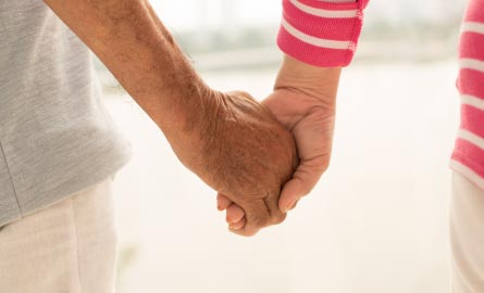 Un couple tenant la main